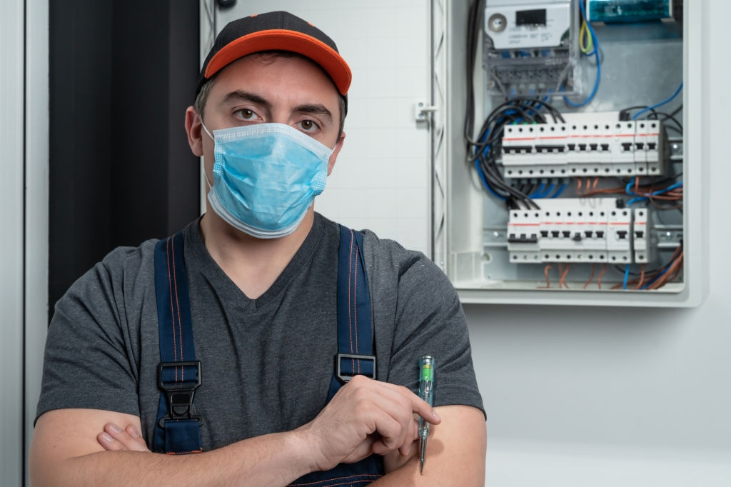 electrician_wearing_mask